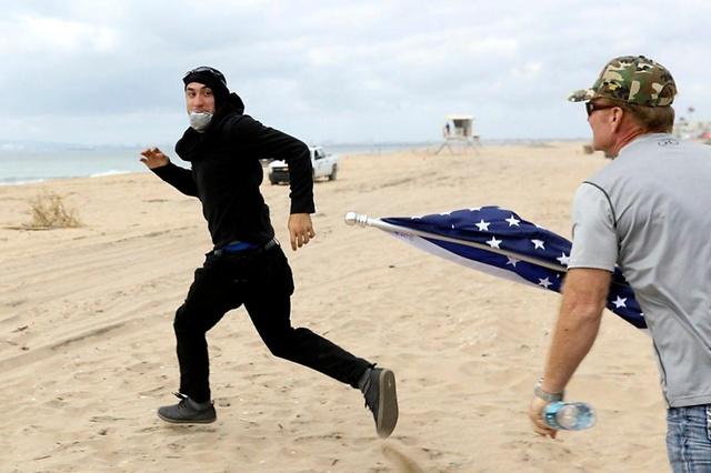 Heurts entre pro et anti-Trump sur une plage californienne