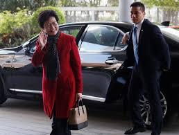 """Carrie Lam espère une """"transition en douceur"""" à Hong Kong"""