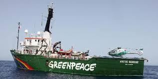 Le président José Mario Vaz rend visite au bateau de Greenpeace après l'arrestation de navires de pêche illégaux