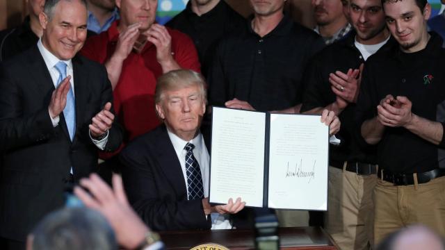 Trump signe un décret abrogeant des mesures d'Obama sur le climat