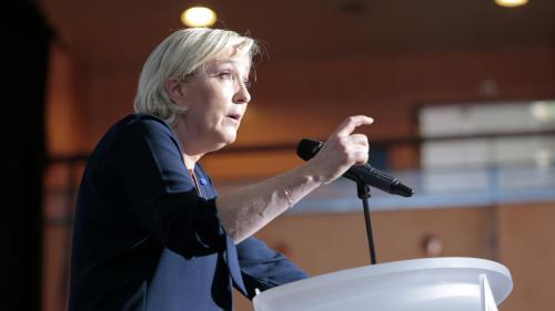 Présidentielle française: Un meeting de Le Pen perturbé en Corse, l'écart se réduit entre candidats