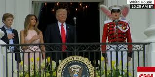 Discret rappel à l'ordre de Melania à Donald Trump pendant l'hymne américain