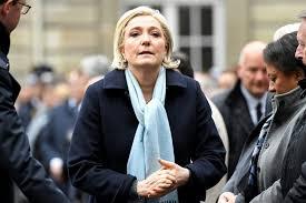 Le Pen ramenée aux racines du FN par son entourage et Macron