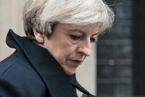 Fragilisée, Theresa May sacrifie ses lieutenants