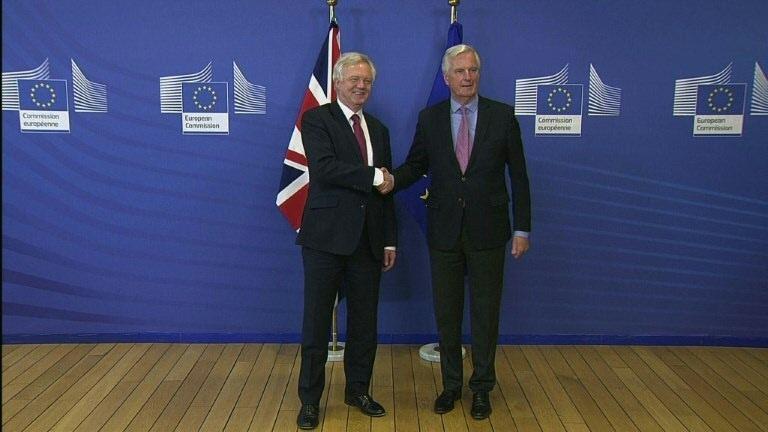 Brexit: Davis et Barnier donnent le coup d'envoi des négociations