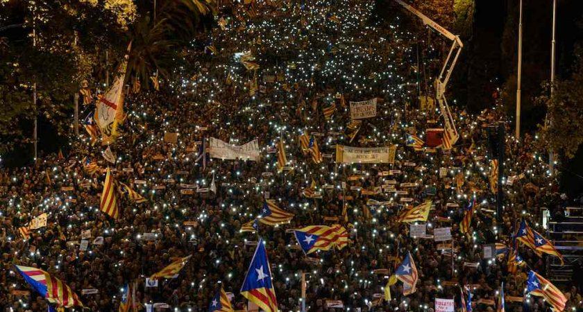 Barcelone: des dizaines de milliers d'indépendantistes réclament la libération de leurs dirigeants