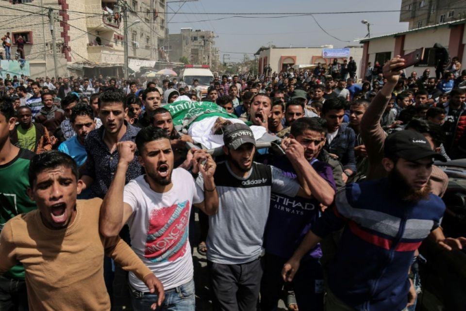 """Aux funérailles du journaliste palestinien tué, un drapeau... et un gilet """"Press"""""""