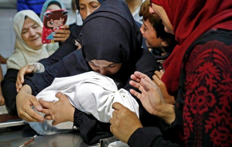 A Gaza, une famille pleure son bébé, mort asphyxié par du gaz lacrymogène