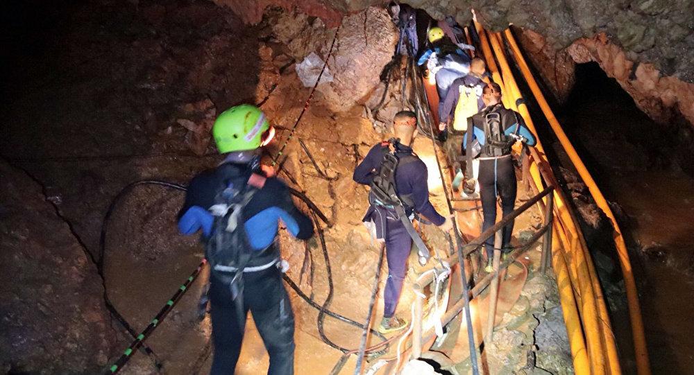 Thaïlande: Quatre garçons ont été extraits en vie de la grotte