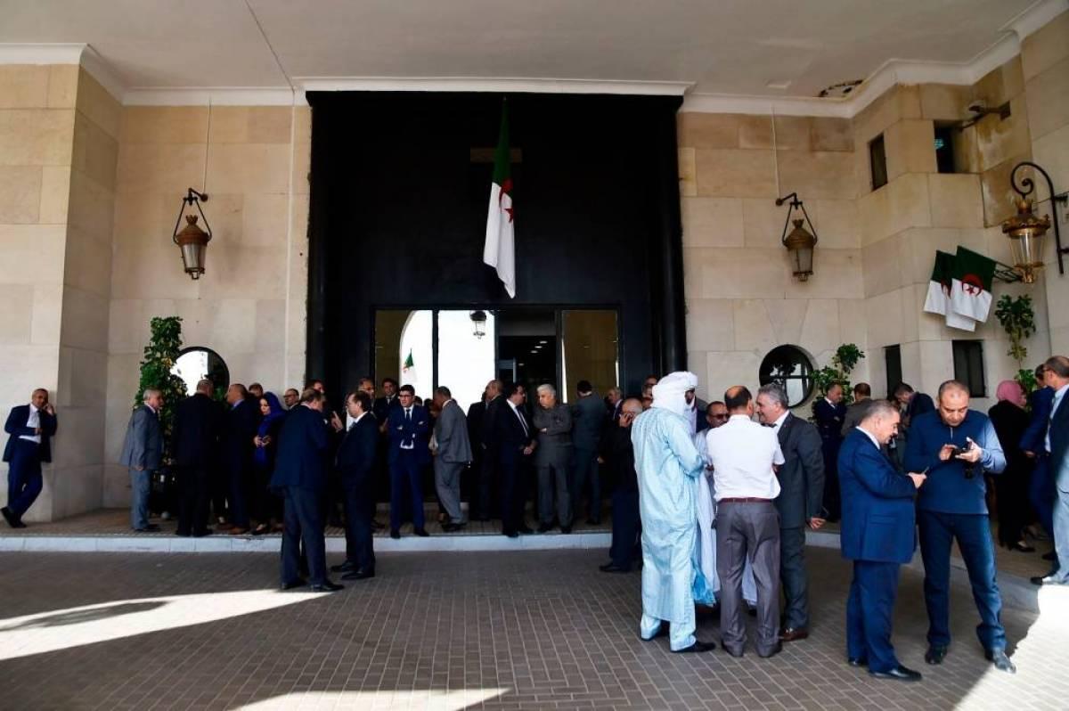 Algérie: 200 députés bloquent l'accès de l'Assemblée à son président