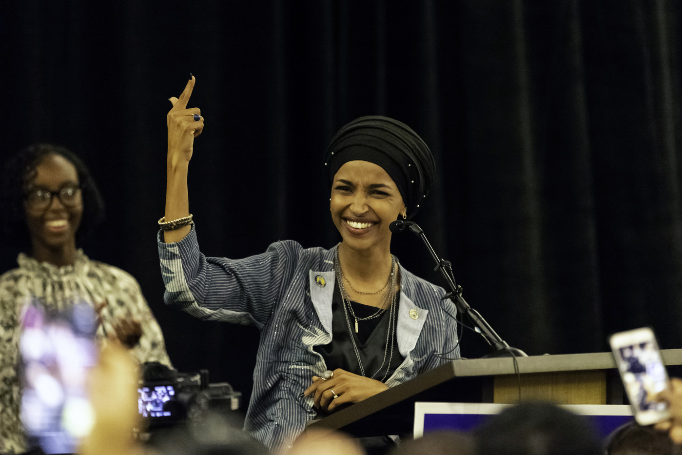 Ilhan Omar, l'une des deux premières femmes musulmanes à être élue au Congrès, salue à ses partisans, le 6 novembre 2018 à Minneapolis, dans le Minnesota