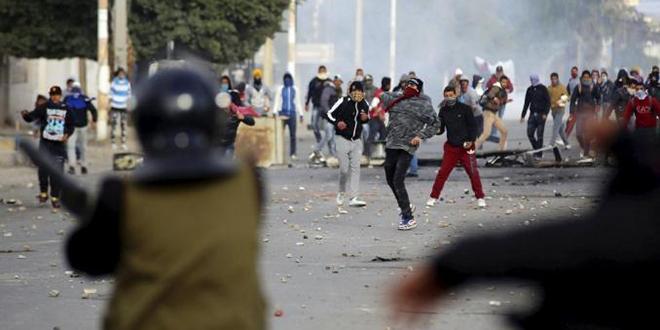 """Nouveaux heurts en Tunisie après l'acte de """"désespoir"""" d'un journaliste"""