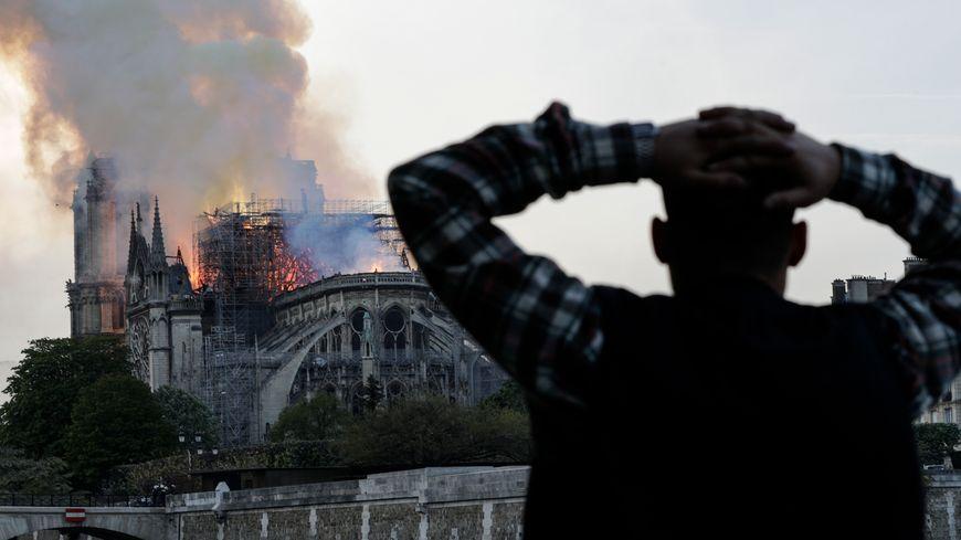 """Incendie de Notre-Dame de Paris : les pompiers ne sont pas sûrs de pouvoir """"enrayer la propagation"""" du feu"""
