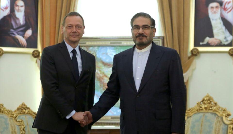 Emmanuel Bonne, conseiller diplomatique du président français, avec le contre-amiral Ali Shamkhani, secrétaire du Conseil suprême de la sécurité nationale.