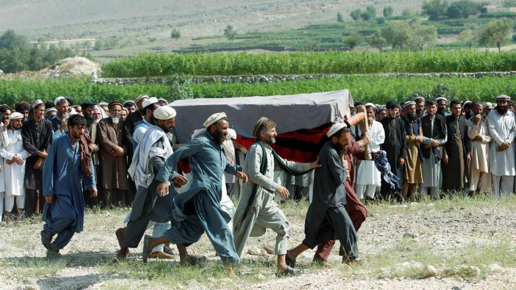 Des hommes portant le cercueil d'un enfant victime des drones Us