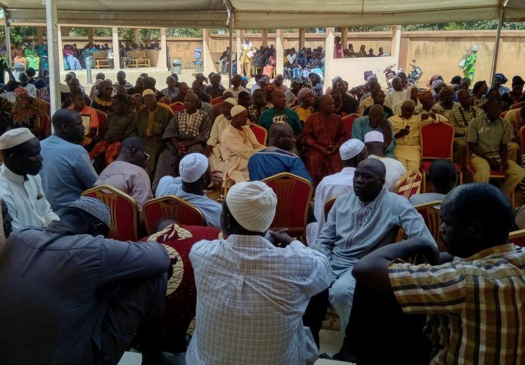 La colère grandit alors que les familles enterrent les morts après l'attaque du Burkina Faso