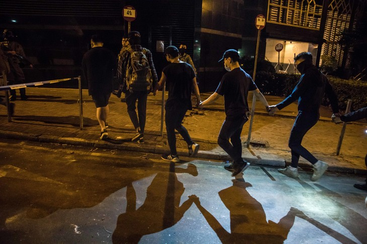 """Hong Kong: """"On se cachera"""", les manifestants assiégés ne se battront pas"""