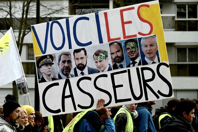 """Gilets jaunes"": un millier de manifestants à Paris, brefs incidents"