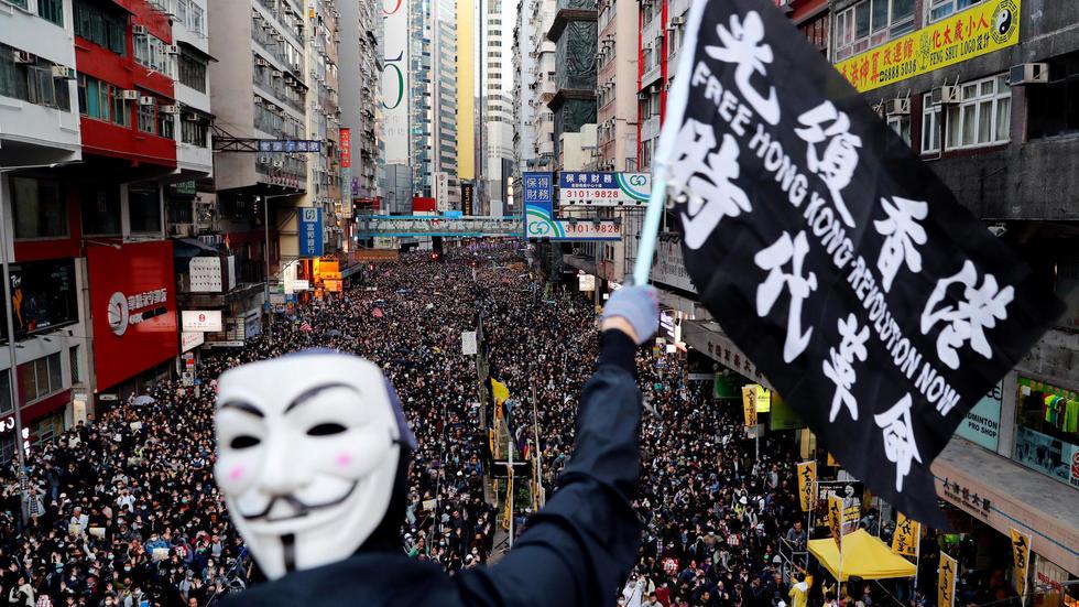 Hong Kong: immense foule pour les six mois de la contestation