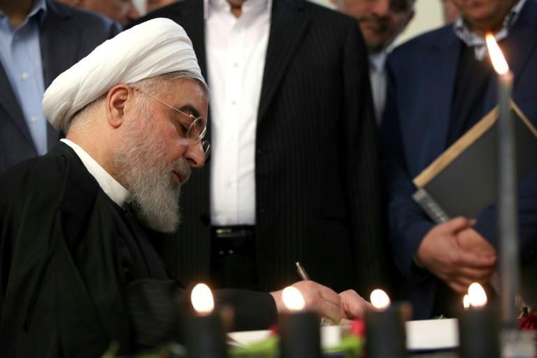 Le président Rohani signe le registre des noms des victimes de l'avion ukrainien abattu par un missile iranien à Téhéran