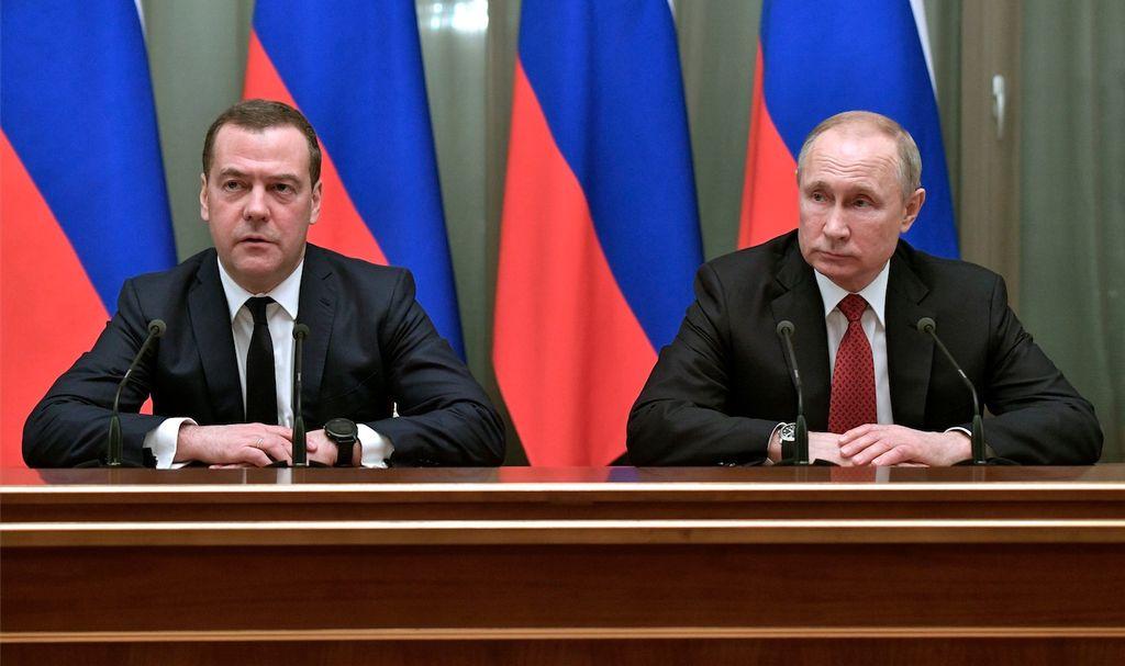 Medvedev (g) et Poutine