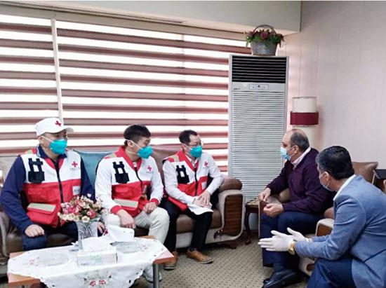 Des médecins bénévoles de la Croix-Rouge chinoise s'entretiennent à Bagdad avec le ministère irakien de la Santé et de l'Environnement sur la prévention et le contrôle de l'épidémie.