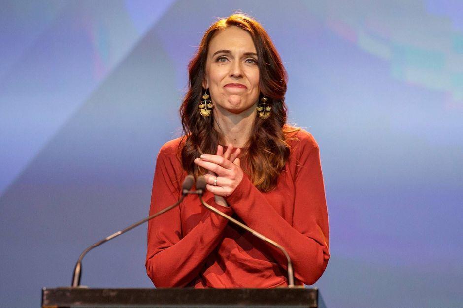Nouvelle-Zélande : le peuple reconduit triomphalement Jacinda Ardern