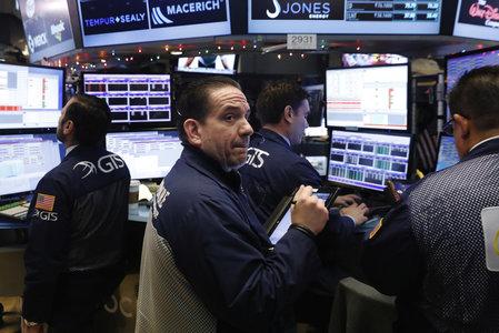 Wall Street finit en baisse alors que les discussions sur la relance se poursuivent
