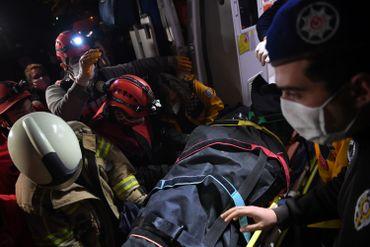 Séisme en Turquie : course contre-la-montre pour retrouver des survivants