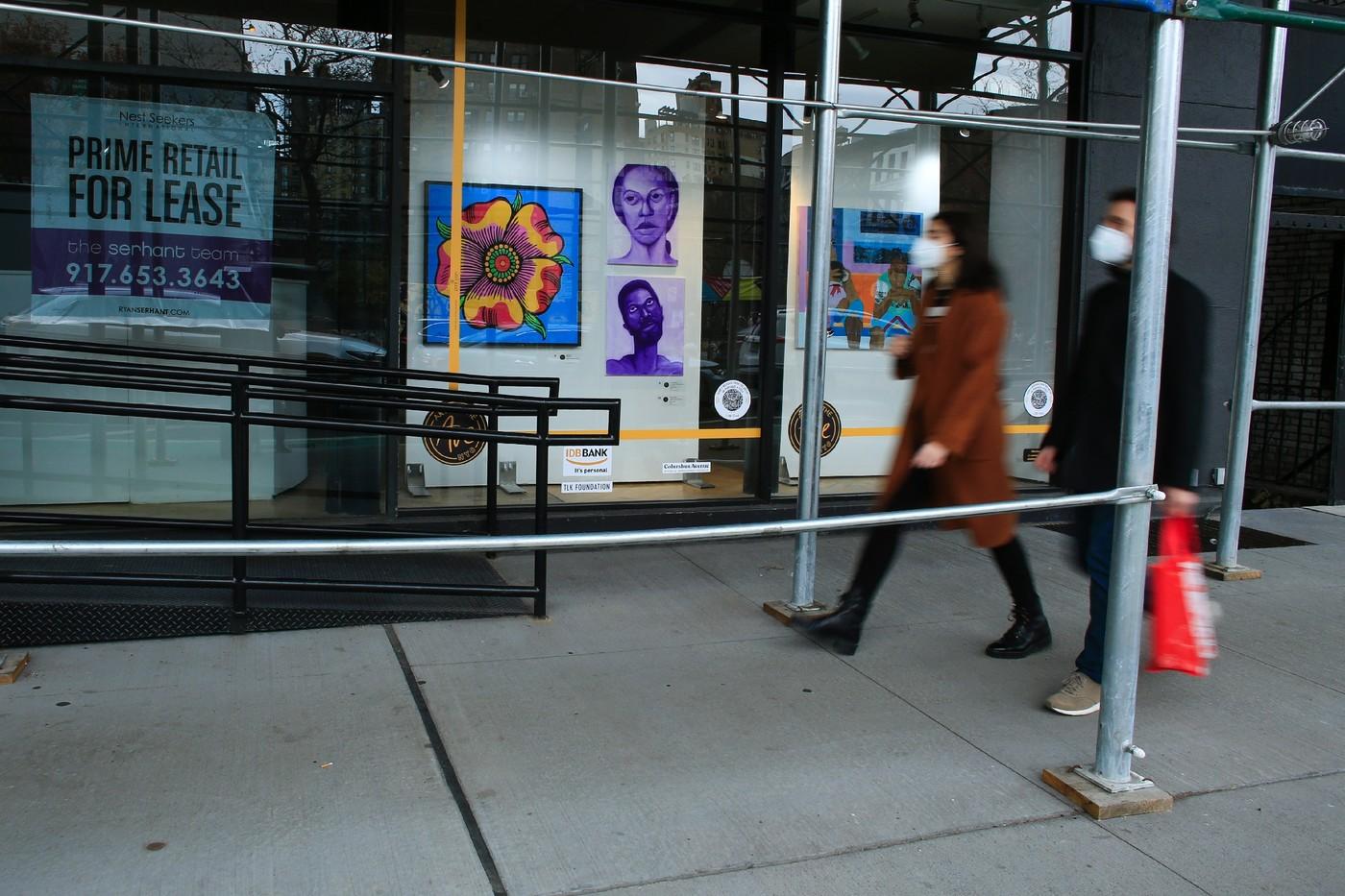 New York : Des œuvres d'art dans les vitrines des magasins désertés
