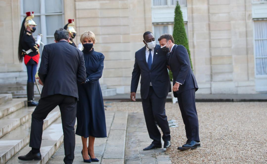 Macky Sall sur le perron de l'Elysée avec le couple Macron