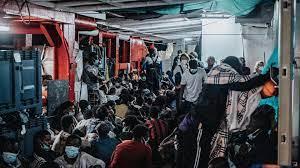 Un navire demande un port sûr où débarquer 555 migrants