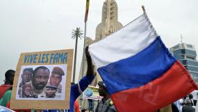 Des soutiens de la junte malienne avec le drapeau russe