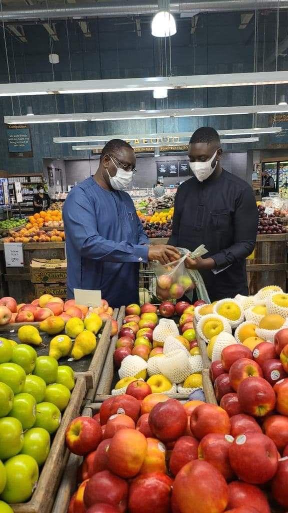 Le Président Macky Sall fait ses achats de fruits dans un supermarché de New York. Qu'en pensez-vous ?