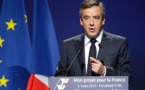 """La pression s'accentue sur Fillon, qui """"n'abdique pas"""""""