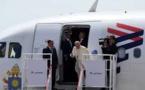 Le pape François unit un steward et une hôtesse à 11.000 mètres d'altitude
