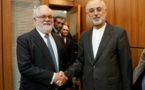 Miguel Arias Canete (commissaire UE à l'Energie, à g.) et le chef de l'Organisation iranienne de l'énergie atomique, Ali Akbar Salehi à Téhéran ce samedi