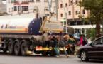 Des Marocains accrochés au châssis d'un camion pour passer en Europe (photo AFP)