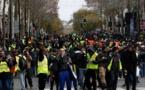 """""""Gilets jaunes"""": la tension monte d'un cran à Paris, calme en régions"""