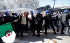 Algérie: 183 blessés vendredi; Bouteflika nomme un directeur de campagne