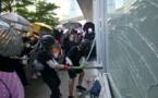 Hong Kong : Des manifestants tentent de forcer l'entrée du Parlement