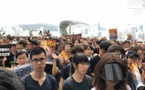 """Hong Kong: les manifestants devant une gare """"chinoise"""" pour convaincre les touristes"""