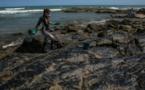 Brésil: des taches de pétrole dessinées sur des maillots de foot pour dénoncer la pollution