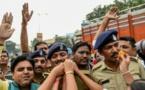 Policiers et population en symbiose pour se féliciter de la mort des suspects