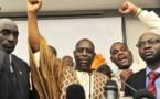 Macky Sall au commissariat de Grand-Yoff pour libérer des jeunes de l'APR, en 2011 (archive)