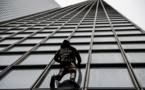 FRANCE: le «Spiderman» français escalade une tour en soutien aux grévistes