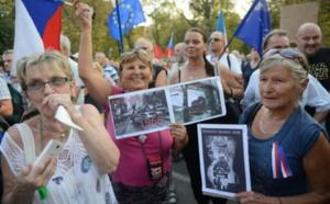 """50 ans après la répression du """"Printemps de Prague"""", manifestation devant l'ambassade russe"""