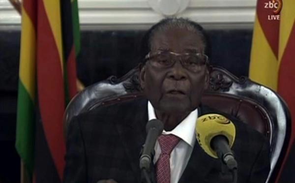 Zimbabwe: même menacé de destitution, Mugabe résiste