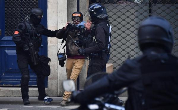 Macron promet d'agir face aux violences policières contre la presse