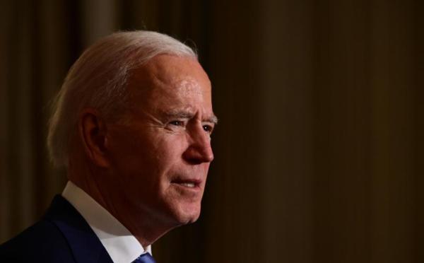 Biden promet d'agir contre le racisme, adopte des mesures restreintes
